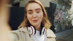 Punkt widzenia strzelał młodej kobiety popularnego blogger magnetofonowy wideo dla jej vlog o miastach Dziewczyna śmia się opowia zdjęcie wideo