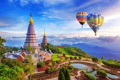 Punkt zwrotny pagoda w doi Inthanon parku narodowym z balonem przy Chiang mai obrazy royalty free