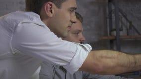 Punkter för en man med en blyertspenna, ett par av kollegor som på övertid arbetar lager videofilmer