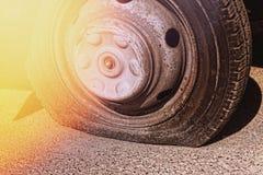 Punkterat gummihjul, bilolycka, automatisk, transport, service, reparation royaltyfria foton
