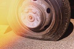 Punkterat gummihjul, bilolycka, automatisk, transport, service, reparation royaltyfri foto
