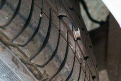 Punkterat gummihjul vid bulten fotografering för bildbyråer