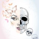 Punktiertes halbes Schönheitsgesicht und -schädel auf dem Pastellfleckhintergrund mit Schmetterlingen im Rosa und in den Schädeln Stockbilder