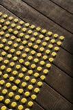 Punktmuster auf Holz. Stockfoto