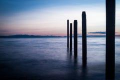 PunktRoberts pilings och silkeslent vatten på nattetid arkivbilder