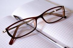 Punktu notatnik Pióro officemates Pracownik notatki notepad dla notatek obrazy royalty free