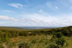 Punktu obserwacyjnego punkt nad polem pełno zielona trawa i drzewa obrazy stock