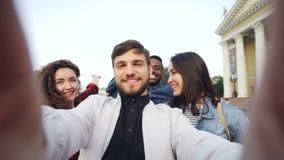 Punktu widzenia strzał multiracial grupa turyści bierze selfie w centrum miasta mienia kamerze i pozuje wraz z zdjęcie wideo
