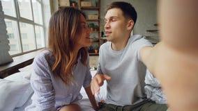 Punktu widzenia strzał szczęśliwej pary sławni bloggers nagrywa wideo dla ich zwolenników w domu Młodzi ludzie opowiadają zbiory
