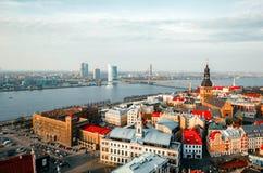 Punktu zwrotnego pejzażu miejskiego widok z lotu ptaka na starym miasteczku z kopuły katedrą i Daugava rzeką w Ryskim mieście, La obraz stock