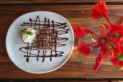Punkty nakrywający z czekoladą i batożącą śmietanką Fotografia Royalty Free