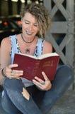 Punkvrouw die een bijbel lezen royalty-vrije stock fotografie