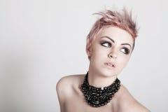 Punky femenino joven con el pelo rosado Fotos de archivo
