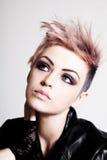 Punky femenino joven con el pelo rosado Imagen de archivo