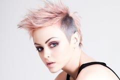 Punky femenino joven con el pelo rosado Foto de archivo libre de regalías