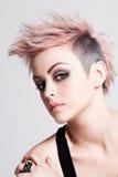 Punky femenino joven con el pelo rosado Fotos de archivo libres de regalías