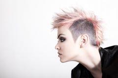 Punky femenino joven con el pelo rosado Fotografía de archivo