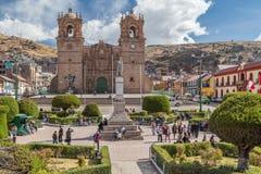 Puno, Περού - τον Ιούνιο του 2015 circa: Βασιλική SAN Carlos Borromeo και Plaza de Armas σε Puno, Περού Catedral Στοκ φωτογραφίες με δικαίωμα ελεύθερης χρήσης
