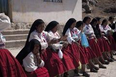 PUNO - 9 DE FEBRERO: Un grupo de bailarines preparaba el funcionamiento durante Virgen de La Candelaria festival el 9 de febrero d Imagen de archivo