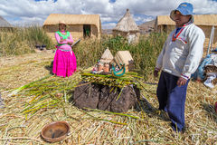 Puno, Pérou - vers en juin 2015 : Famille à l'île et au village de flottement d'Uros sur le Lac Titicaca près de Puno, Pérou Images libres de droits