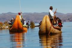 Puno, Perú - 30 de julio de 2017: Barco de Totora en el lago Titicaca cerca Imagen de archivo libre de regalías
