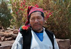 PUNO, PERÚ - 1 DE OCTUBRE DE 2017: Retrato de un hombre peruano nativo que lleva el sombrero típico Imagen de archivo