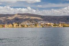Puno, Peru - circa Juni 2015: Uros drijvend eiland en dorp op Meer Titicaca dichtbij Puno, Peru Stock Foto's