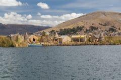 Puno, Peru - circa Juni 2015: Uros drijvend eiland en dorp op Meer Titicaca dichtbij Puno, Peru Royalty-vrije Stock Foto