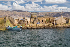 Puno, Peru - circa Juni 2015: Uros drijvend eiland en dorp op Meer Titicaca dichtbij Puno, Peru Stock Afbeelding