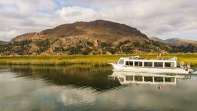 Puno Peru - Circa Maj 2014: Turist- fartyg i sjön Titicaca nära Puno Royaltyfri Foto
