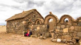 Puno, Peru - December 10, 2011: Kinderen voor Klein landbouwbedrijf dichtbij Graven van Sillustani dichtbij Puno, Bolivië Royalty-vrije Stock Fotografie