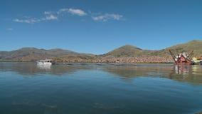 Punohaven en oever, meer Titicaca, Peru stock video
