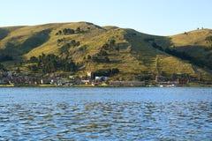 Punostad op de Kust van het Weergeven van Meertiticaca van Cruiseschip, Puno, Peru royalty-vrije stock afbeeldingen