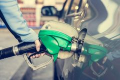 Punping gas på bensinstationen Royaltyfri Bild