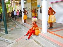 Punt-a-Pitre, Guadeloupe - Februari 09, 2013: Mooi zwart meisje in Caraïbisch Carnaval Stock Fotografie