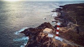 Punta Abona fyr Landskap som förbiser havet Vattnet är skinande arkivbild