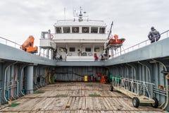 PUNTA ARENAS, CHILE - 4 DE MARZO DE 2015: Transbordador Melinka que sale de la colonia del pingüino en la isla de Isla Magdalena  fotos de archivo