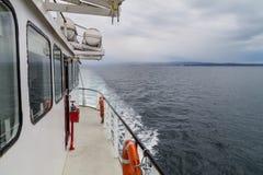 PUNTA ARENAS, CILE - 4 MARZO 2015: Traghetto Melinka che si dirige alla colonia del pinguino sull'isola di Isla Magdalena nello s immagine stock