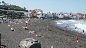 2019-03-12 Punta Brava - Puerto de la Cruz, Santa Cruz de Tenerife la pequeña ciudad en la costa atlántica almacen de metraje de vídeo