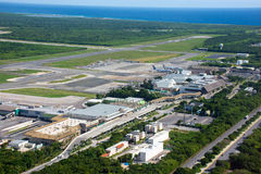 PUNTA CANA, ΔΟΜΙΝΙΚΑΝΉ ΔΗΜΟΚΡΑΤΊΑ - 4 Ιανουαρίου 2017: Διεθνής αερολιμένας Cana Punta Άποψη ανωτέρω από ένα ελικόπτερο Στοκ Φωτογραφίες