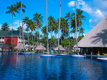 Punta Cana, Dominicaanse republiek - 04 Februari, 2013: Gewone toeristen die in het Strandhotel van Barcelo Bavaro met pool ruste Royalty-vrije Stock Afbeeldingen