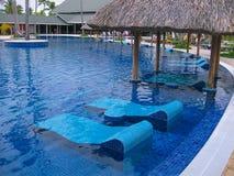 Punta Cana, Dominicaanse republiek - 04 Februari, 2013: Gewone toeristen die in het Strandhotel van Barcelo Bavaro met pool ruste Stock Foto