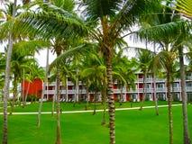 Punta Cana, Dominicaanse republiek - 03 Februari, 2013: Het het Strandhotel van Barcelo Bavaro onder palmen Royalty-vrije Stock Afbeeldingen