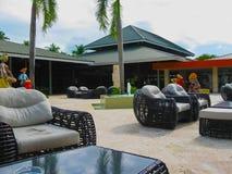 Punta Cana, Dominicaanse republiek - 03 Februari, 2013: Het het Strandhotel van Barcelo Bavaro onder palmen Stock Afbeelding