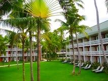 Punta Cana, Dominicaanse republiek - 03 Februari, 2013: Het het Strandhotel van Barcelo Bavaro onder palmen Royalty-vrije Stock Foto