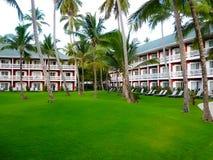 Punta Cana, Dominicaanse republiek - 04 Februari, 2013: Het het Strandhotel van Barcelo Bavaro onder palmen Stock Foto