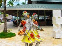 Punta Cana, Dominicaanse republiek - 03 Februari, 2013: Het het Strandhotel van Barcelo Bavaro onder palmen Royalty-vrije Stock Fotografie