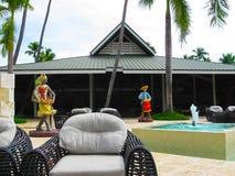 Punta Cana, Dominicaanse republiek - 03 Februari, 2013: Het het Strandhotel van Barcelo Bavaro onder palmen Royalty-vrije Stock Afbeelding