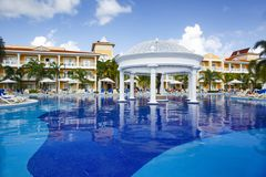 Punta Cana, Dominicaanse Republiek - Grote Bahia Principe Aquamarine Hotel Pool royalty-vrije stock fotografie