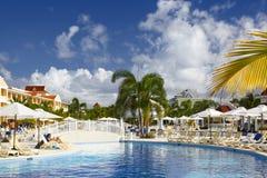 Punta Cana, Dominicaanse Republiek - Grote Bahia Principe Aquamarine Hotel Pool stock fotografie